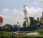 interesting-sculpture-in-a-traffic-island-at-makkai-pool